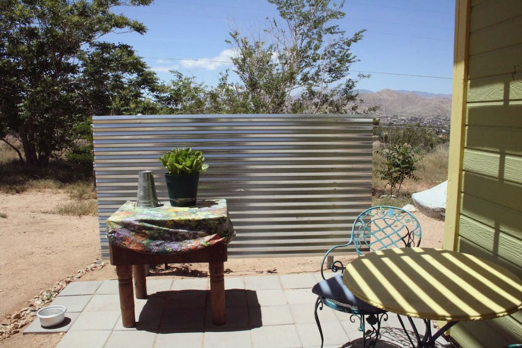 Covered patio with BBQ and picnic table