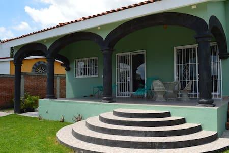 Casa con pedacitos de México - House
