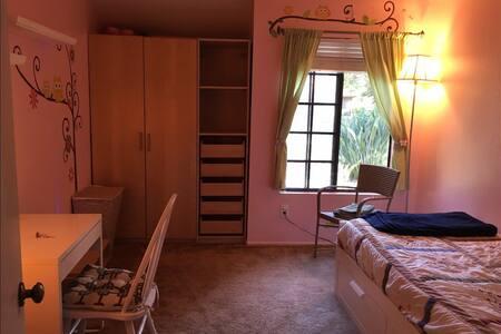 Private room in Quiet Neighborhood - House