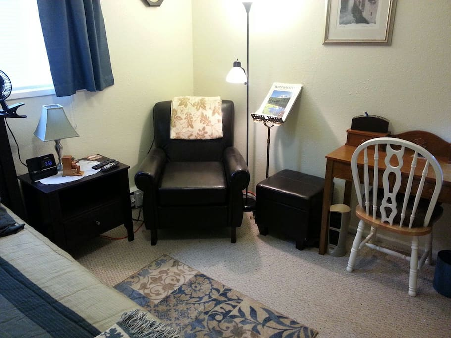 Comfortable private room with quiet space to read, work as comfortable as home.
