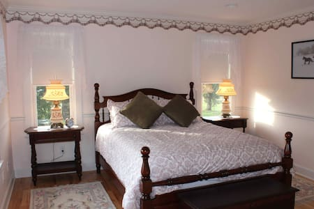CarriageHouse B&B/Meadowbrook Room - Penzion (B&B)