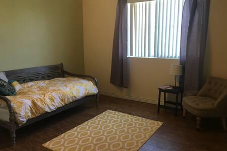 Spacious Room Away From Home - Társasház