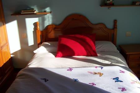 Habitacion con cuarto de baño muy soleada - Noya - Chalé