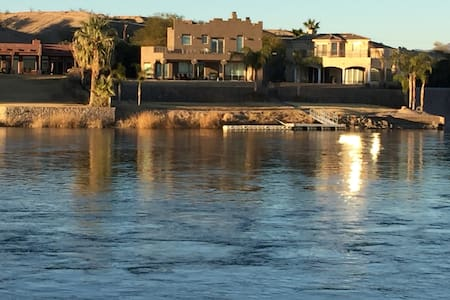 Beautiful home right on the Colorado River - Big River - Casa