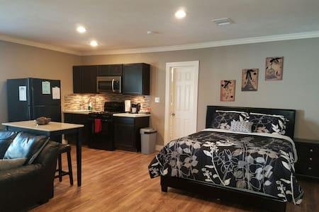 Stunning Studio Apartment w/ full size kitchen! - Houston