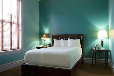 Queen Bedroom- Historic Downtown Property - Autre