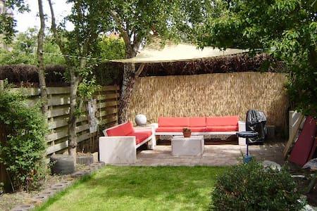 Prettig ruim vakantiehuis, grote tuin. Duin en zee - Castricum - Haus