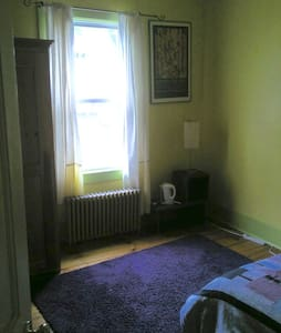 Small, sweet, single-bed near T - Boston - Casa