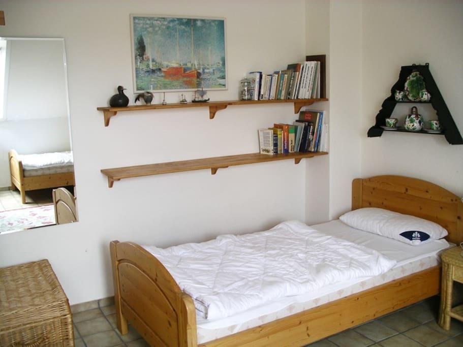 Schlafzimmer mit einem der Betten...