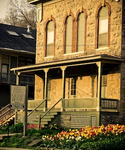 Abe's Spring Street Guest House - R - Bed & Breakfast