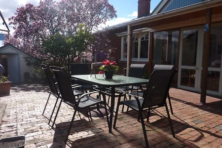 Family Friendly House in Hobart - Sandy Bay - Bed & Breakfast