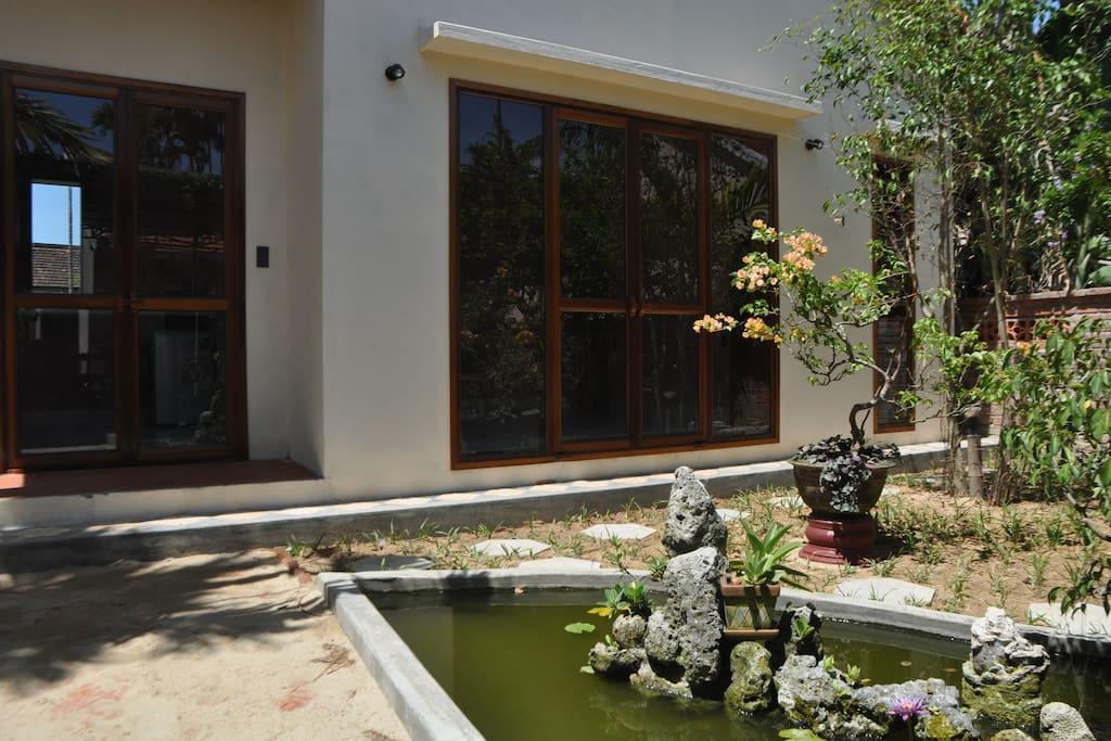 Le bassin avec ses poissons, tradition de la maison vietnamienne.