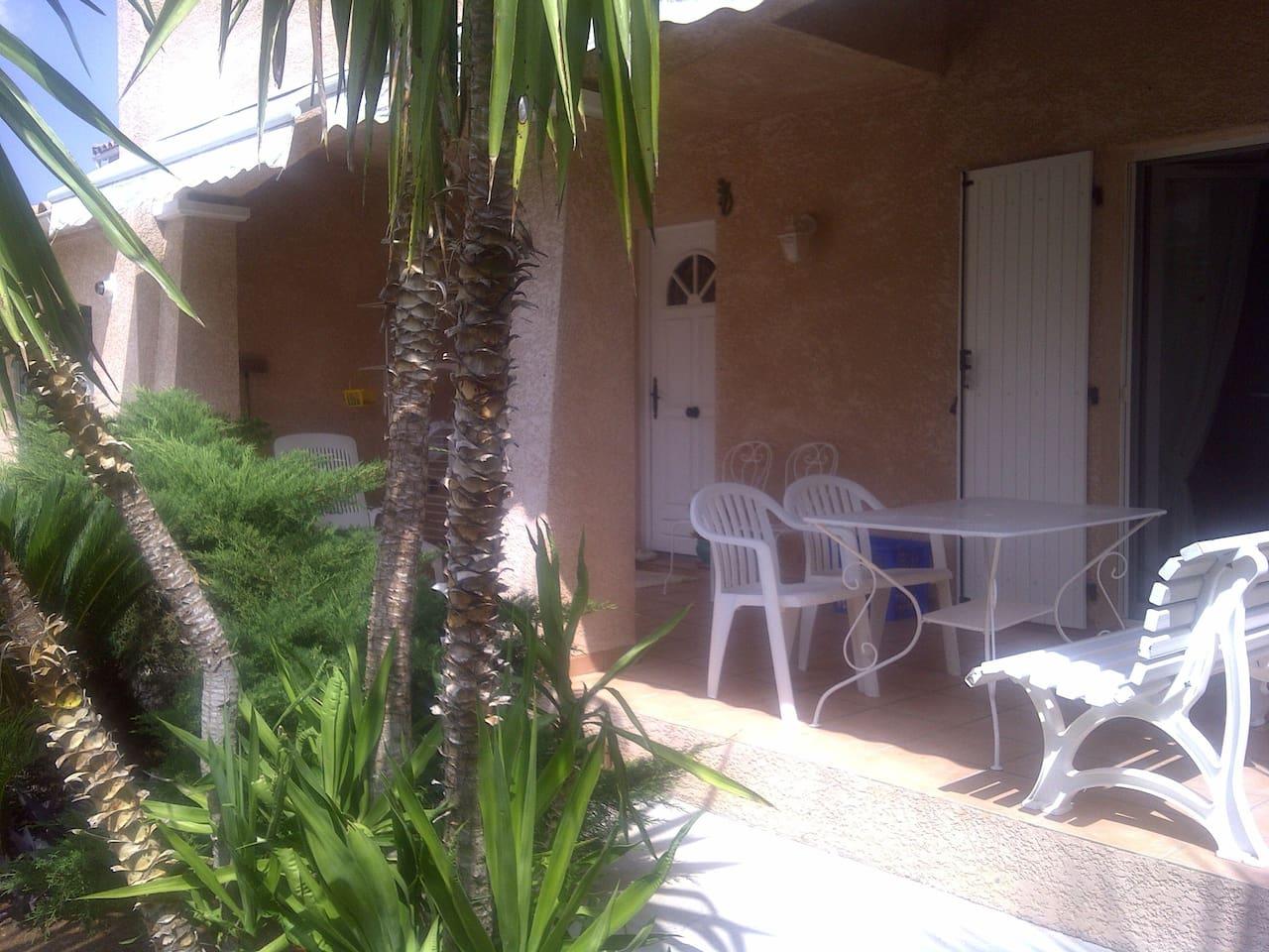 Voici l entrée principale et sa terrasse couverte