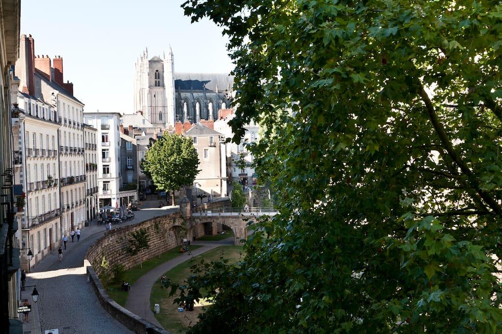 la vue sur les douves du château et la cathédrale