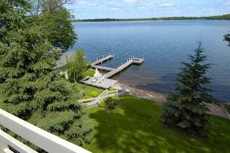 New Listing! Spacious retreat on Gull Lake - Dom