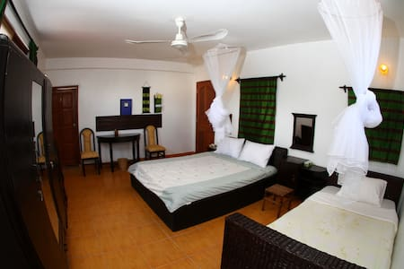 Charity-run guest house room for 3 - Phnom Penh - Bed & Breakfast