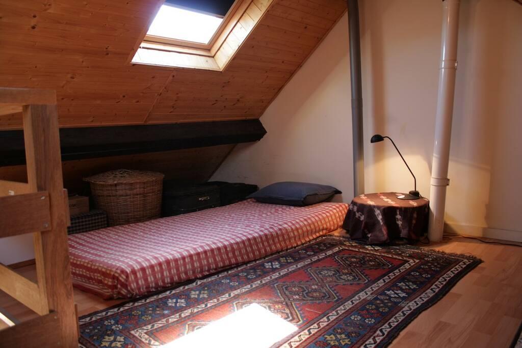 matelas additionnel sur la mezzanine au-dessus du bureau / additional mattress above my office