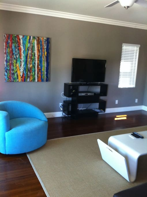 Living Room/salon with smart HDTV--