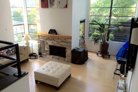 Private room in apartment in LA/Studio City - Kondominium