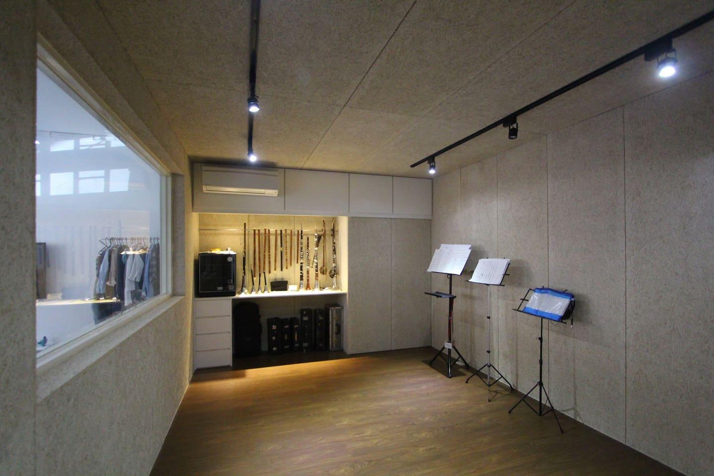 Instruments/recording room. 琴房/錄音間。