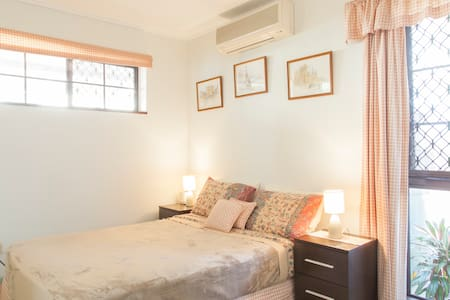 Private self contained one bedroom apartment in a nice leafy suburb close to Brisbane City centre. Perfect for a couple or a single person looking for a home for short or medium term.