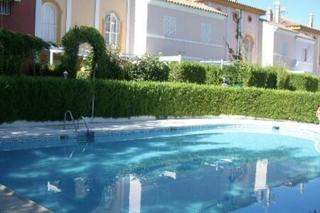 Lovely house with pool and garden - Rumah