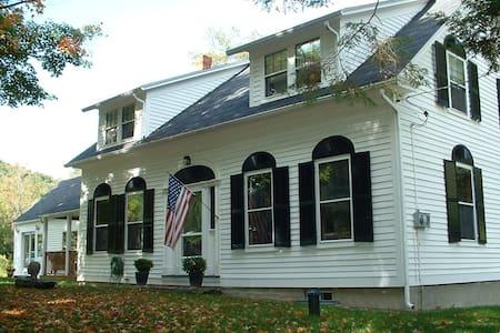 European-Style Villa in Vermont - Aamiaismajoitus