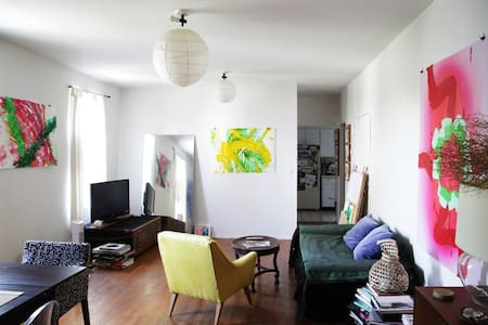 Lovely bright & fresh private bedroom, 2 big windows w/ World Trade Center views in spacious, nicely furnished Apt. Super location in Chinatown on the Lower East Side of Manhattan, easy to walk anywhere downtown and near subways & bus. Fun Area.