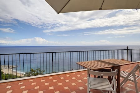 not skimpy two-room apartment where they sleep standing up but a real house with a  terrace with stunning views combined with all the comfort, free wi-fi, private park, air conditioned, full equipped kitchen and bbq. A stone's throw from the sea ...