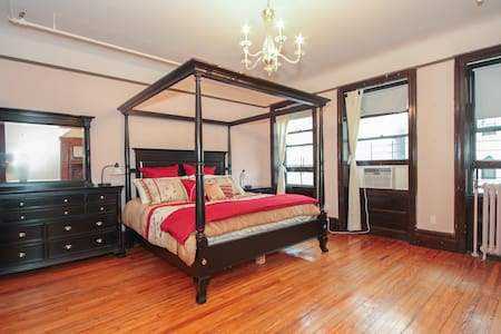 Large, fully-furnished private bedroom (king sized bed), private sink, shared bath. Sleeps up to 4 people. Easy access to 5 major subway lines; 20 minutes to midtown!