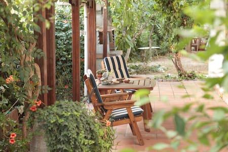 Apt. in Thessaloniki w nice garden - Huoneisto