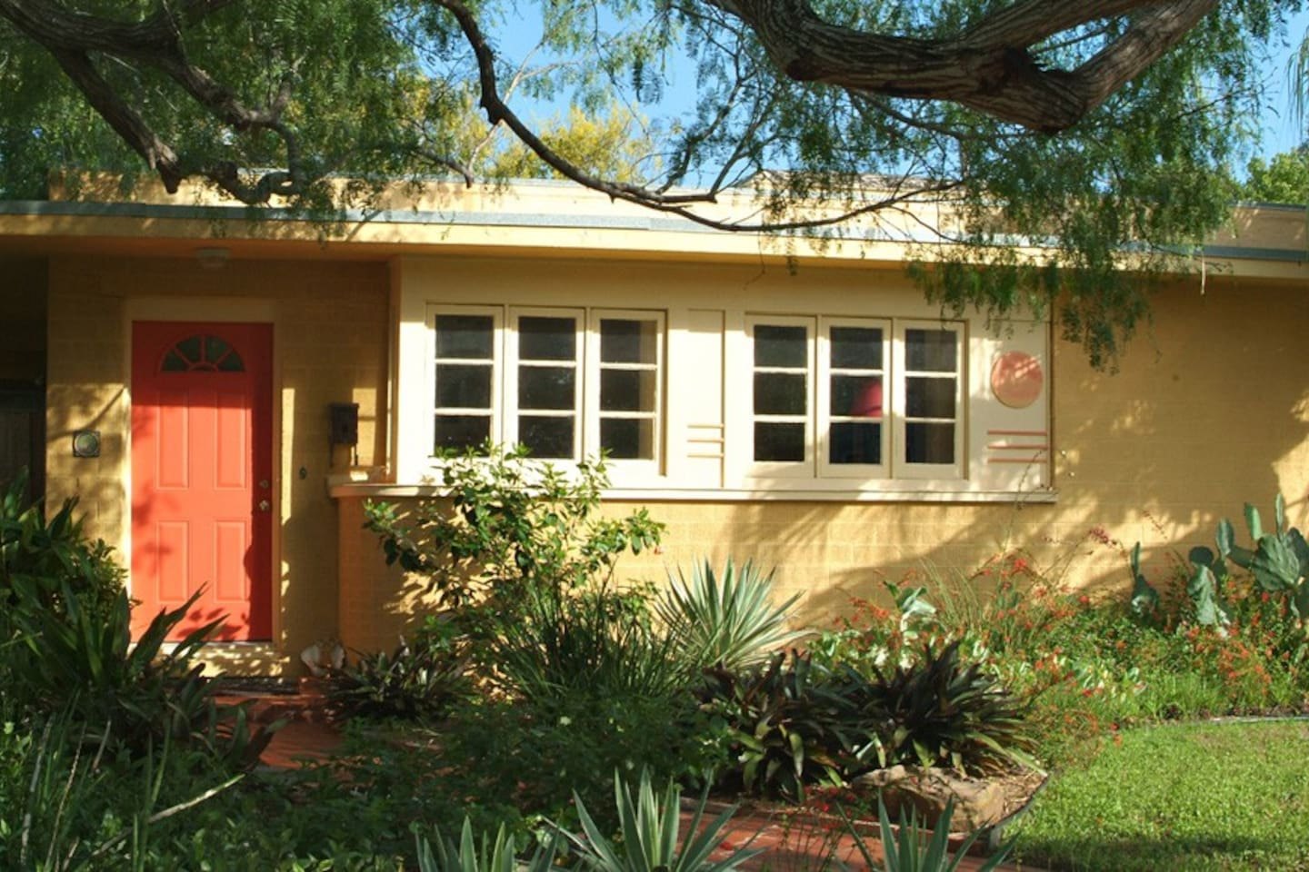 Artist's Home in Historic Neighborhood Close to Many Conveniences