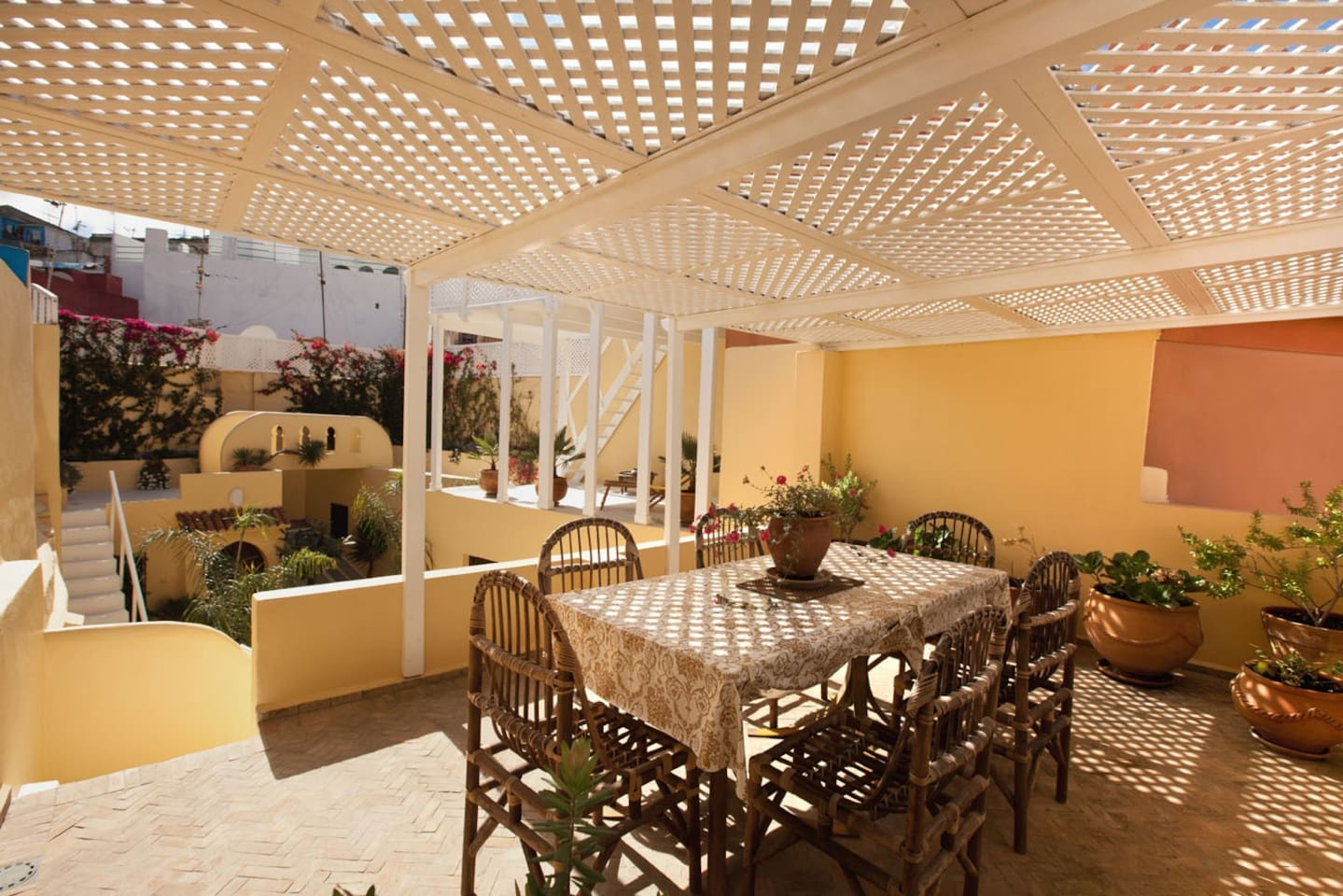 view  of outsidespace with 4 terraces, sundeck,sea and kasbah-view, loungearea and diningspace