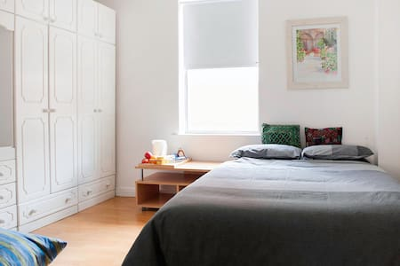 Cozy double bedroom in central South Dublin - Townhouse