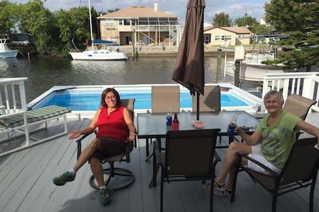 Waterfront, heated pool, boat dock - Hus