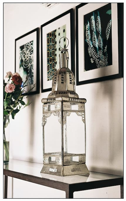 A sidetable with some original pictures bought in a Tangier´s gallery called Volubilis in the kasbah