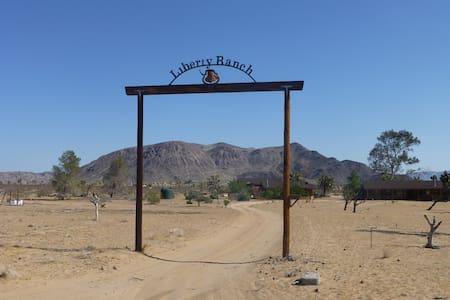 Hi Desert Nature Retreat - Landers - Cabane