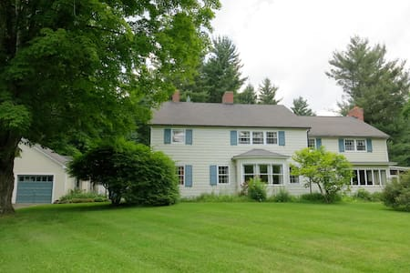 Cornwall Colonial w/ Queen Bedroom - Huis