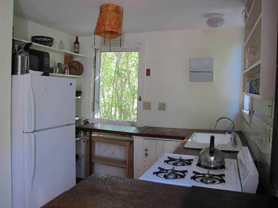 airy kitchen w/ full-sized appliances