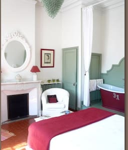 Romantic room, with an old bath. - Saint-André-de-Roquelongue