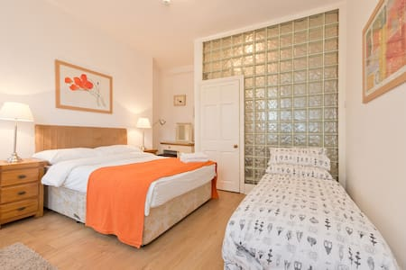 D Double room double bed & guestbed