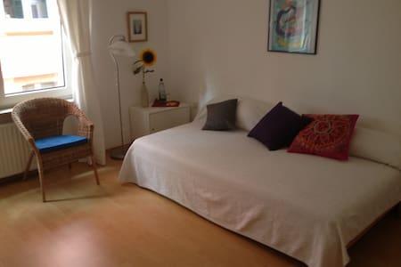 Zimmer Port Lay - Francoforte - Bed & Breakfast