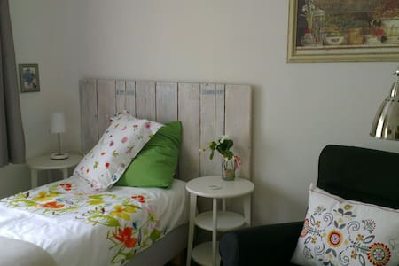 Charming one bedroom apartment on the ground floor with luxury box-spring bed, chaise lounge and private bathroom. It comfortably fits one person.  The B&B has a private entrance, and kitchen with gas stove, refrigerator, microwave oven and coffeemachine