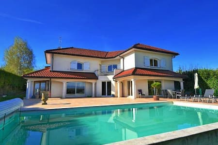 Villa de 210 m2 avec piscine - House