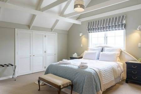"""""""FANTAIL"""" ROOM - MILFORD MANOR - KING SIZE BED - Auckland"""