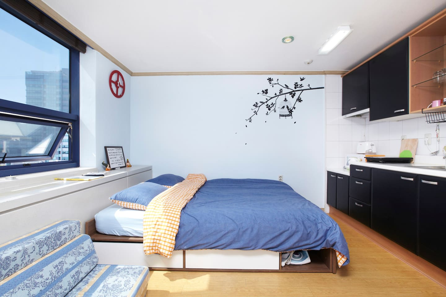 Shining room with everything equiped