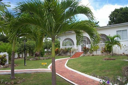 Villa Guido-Tropical 3Bd near Beach - Holetown