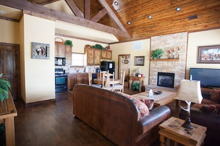 The Texan - Two Bedroom Ranch Cabin - Bells - House