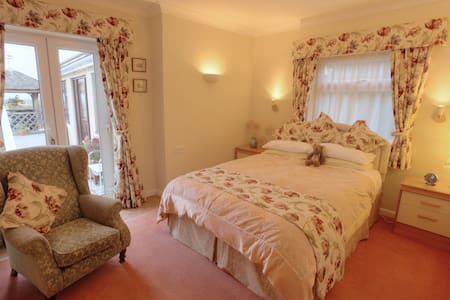 En-suite with superb rural views and warm welcome - Bed & Breakfast