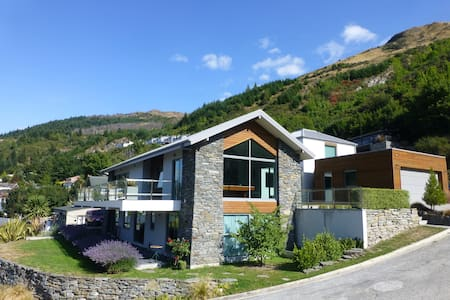 Large ensuite room with lake views - Queenstown